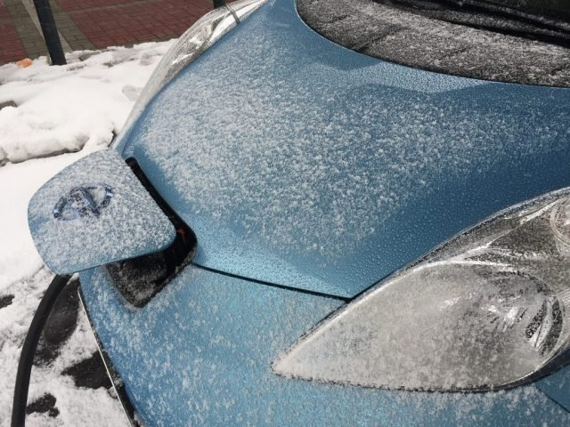 Nissan-LEAF-charging-in-cold